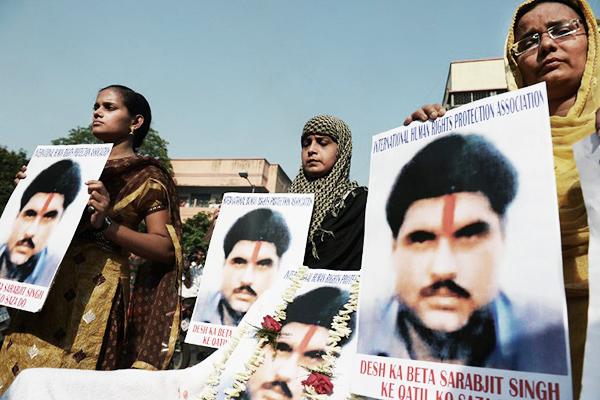 Indian activists in Kolkata pay tribute to Sarabjit Singh, May 2. Dibyangshu Sarkar—AFP