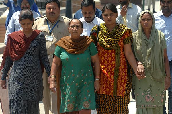 Sarabjit Singh's family returns to India via the Wagah Border. Narinder Nanu—AFP