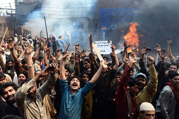 Rioters shout slogans against the residents of Joseph Colony, March 2013. Arif Ali—AFP