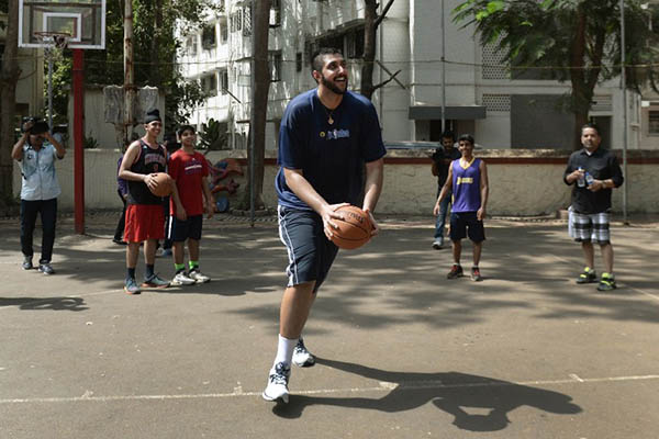 Sim Bhullar with Indian youth in Mumbai. Punit Paranjpe—AFP