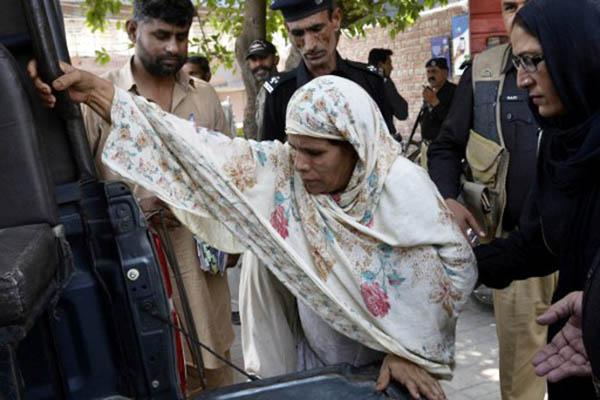 Police escort Perveen Bibi to court in Lahore. Arif Ali—AFP